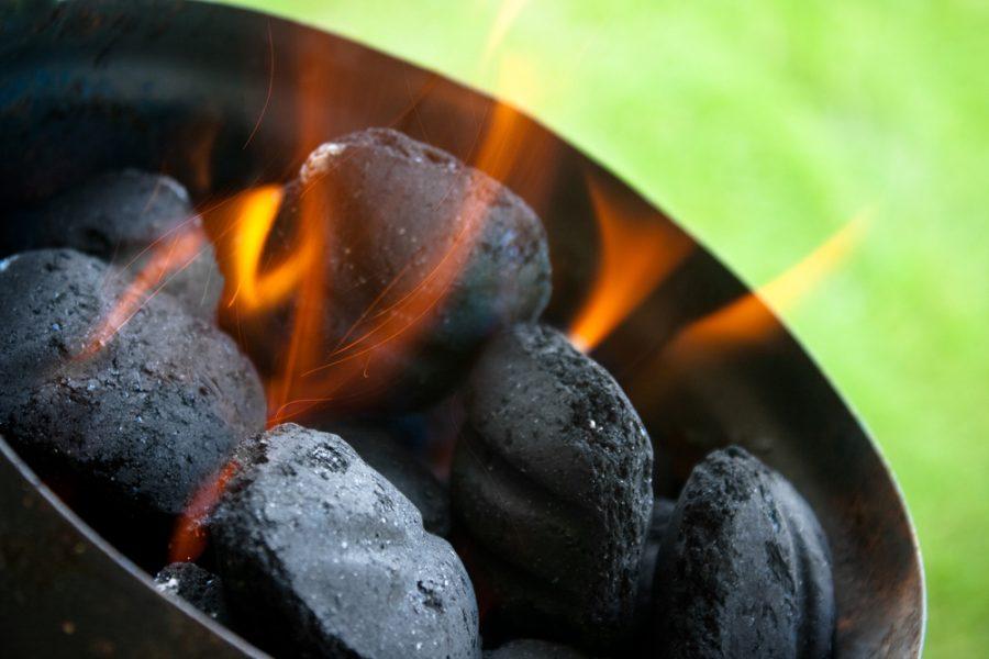 Carbone vegetale per barbecue a carbonella